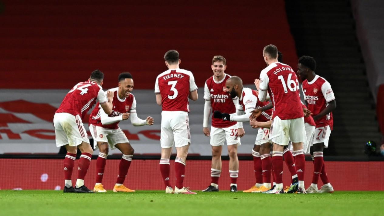 Pemain Arsenal merayakan gol.