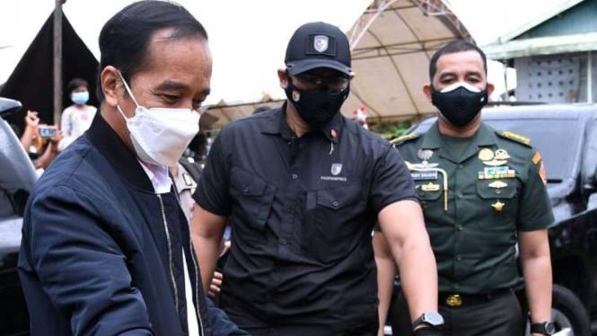 Jokowi dan pengawal nya saat berkunjung di Kalimantan Selatan