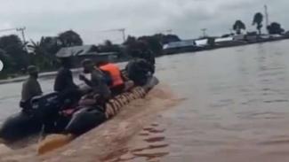 VIVA Militer: Prajurit Marinir TNI AL evakuasi korban banjir di Kalsel