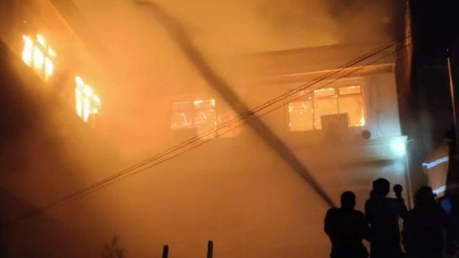 Proses pemadaman kebakaran di Hotel Semagi Jambi