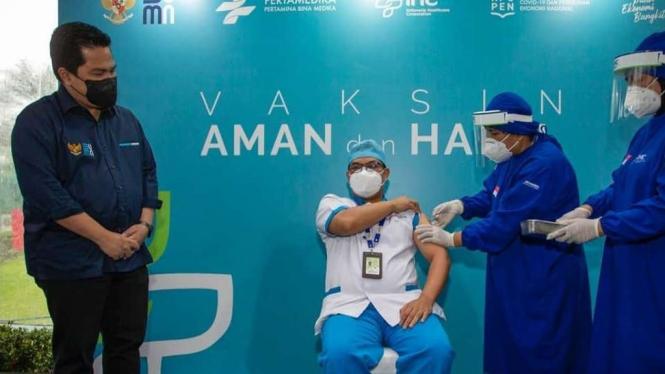 Menteri BUMN Erick Thohir saat melihat proses vaksinasi di RS Pertamina.