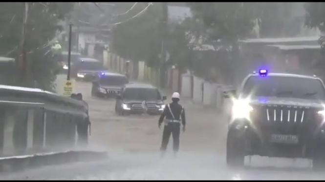Mobil yang ditumpangi Presiden Jokowi menerjang banjir di Kalimantan Selatan.