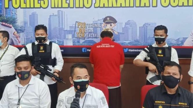 Kasat Reskrim Polres Jakarta Pusat AKBP Burhanuddin (tegah depan)