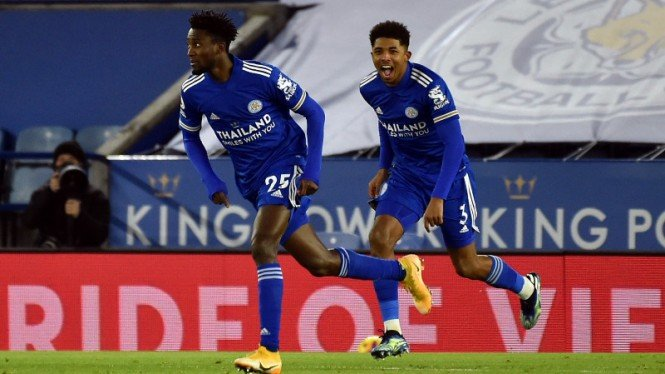 Gelandang Leicester City, Wilfred Ndidi (kiri), rayakan gol ke gawang Chelsea