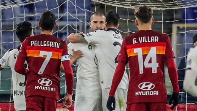 Gelandang Spezia, Andrey Galabinov (tengah), merayakan gol ke gawang AS Roma