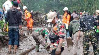 VIVA Militer: TNI turun tangan atasi korban banjir bandang di Gunung Mas Bogor