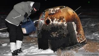 Seorang ilmuwan mengambil kapsul dari Chang'e-5 yang berisi sampel Bulan.