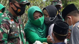 VIVA Militer: Dandim 0702 dan istri memeluk anak-anak almarhumah.