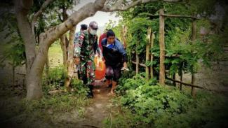 VIVA Militer: Prajurit TNI Yonif RK 744/SYB evakuasi mayat.