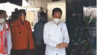 VIVA Militer: KSAL dampingi Presiden RI Joko Widodo tinjau Posko evakuasi SJ182