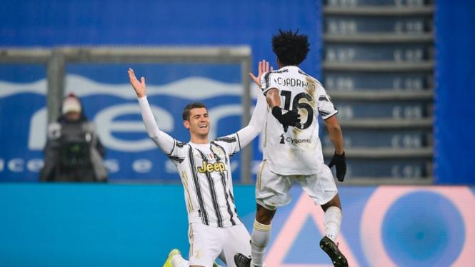 Pemain Juventus, Alvaro Morata dan Juan Cuadrado merayakan gol ke gawang Napoli