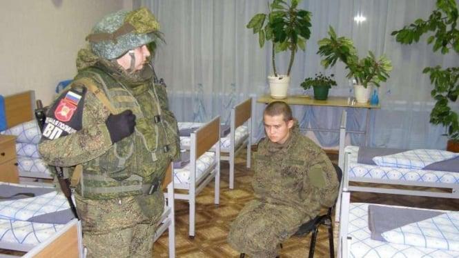 VIVA Militer: Prada Ramil Shamsutdinov (kanan) dijaga anggota Polisi Militer