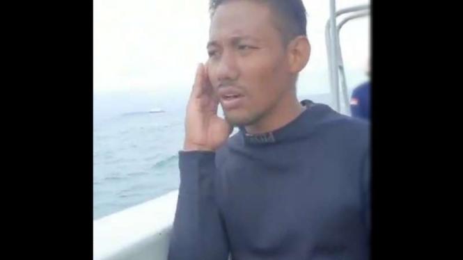 VIVA Militer: Penyelam Dislambair TNI AL adzan.