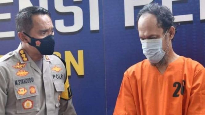 Kapolresta Cirebon, Kombes Pol M. Syahduddi  bersama pelaku cabul