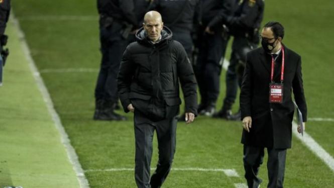 Pelatih Real Madrid, Zinedine Zidane (kiri)