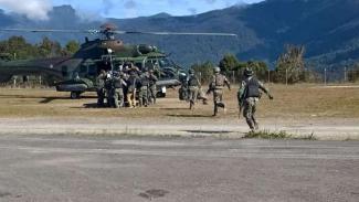 VIVA Militer: Proses evakuasi Pratu Roy.