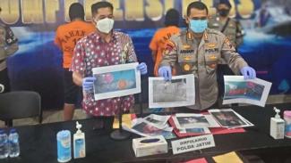 Polisi memperlihatkan tersangka dan barang bukti kasus jual beli benur.