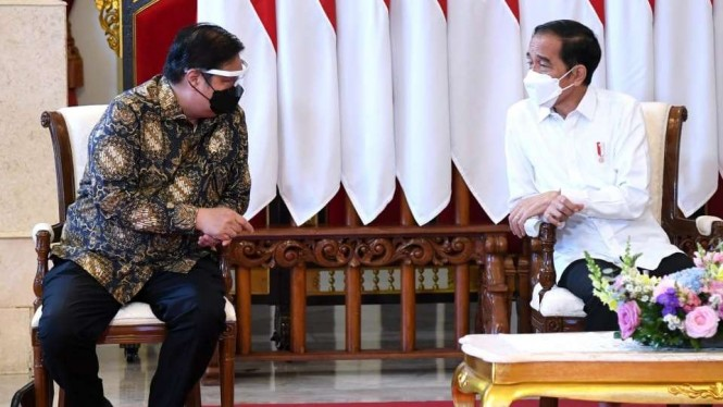 Menko Perekonomian AIrlangga Hartarto dan Presiden Jokowi