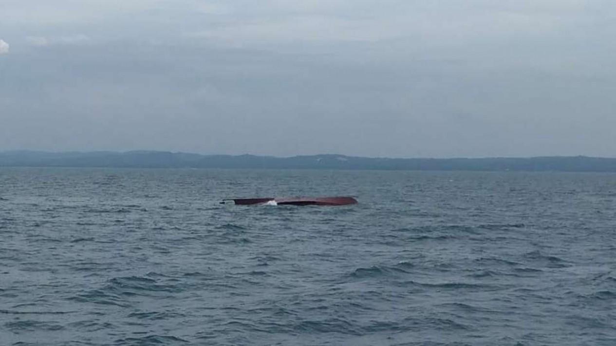 TB Mitra Jaya ditemukan terbalik usai tabrakan di laut Gresik.