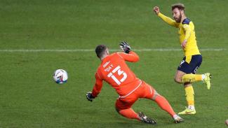 Penyerang Oxford United, Matt Taylor membobol gawang Bristol Rovers