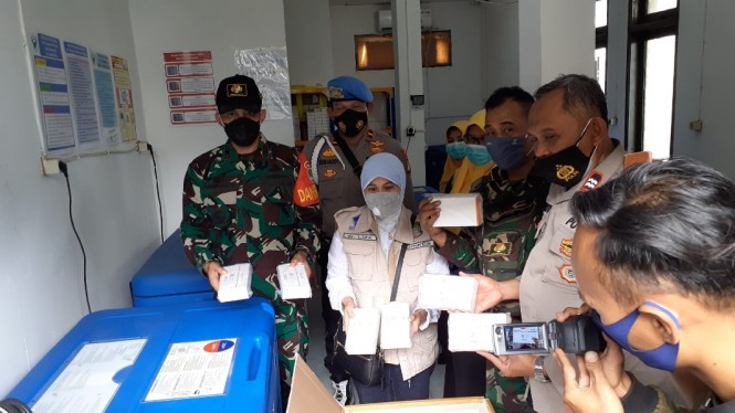 Kepala Dinas Kesehatan Kota Tangerang, Liza Puspadewi memperlihatkan vaksin