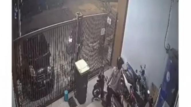 Maling motor tertangkap kamera CCTV