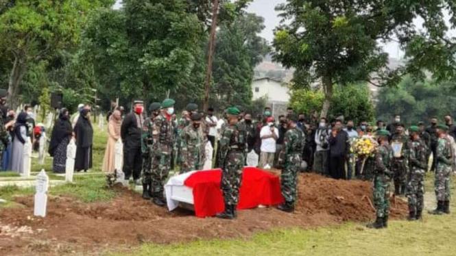 Pemakaman Praka Roy Vebrianto, anggota TNI yang tewas ditembak KKB Papua