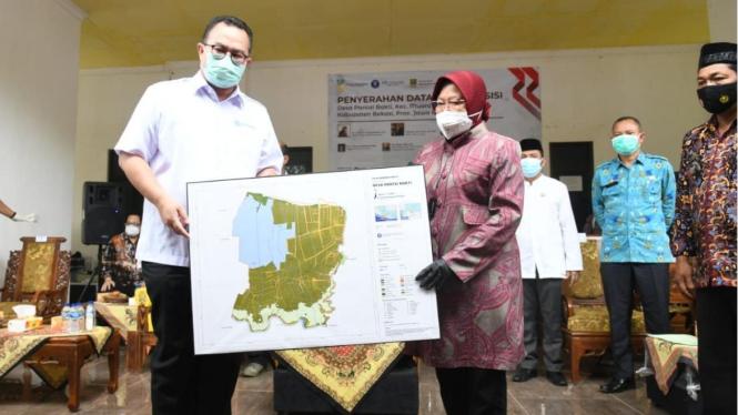 Penyerahan Data Desa Presisi kepada Menteri Sosial RI Dr (HC) Tri Rismaharini di Muara Gembong Bekasi