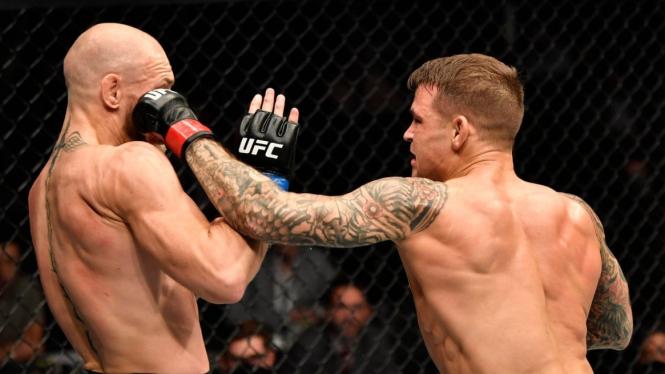Hook kiri keras Dustin Poirier ke Conor McGregor di UFC 257