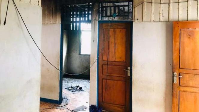 Rumah Ketua KPU Yahukimo dibakar orang tak dikenal.