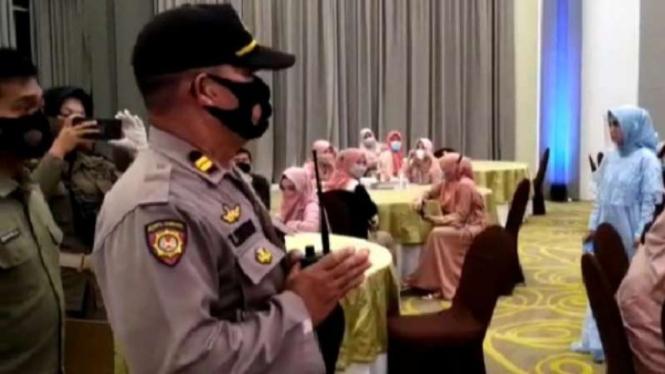 Polisi bubarkan perayaan HUT produk kosmetik di Makassar.
