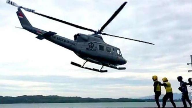 VIVA Militer: Helikopter TNI Angkatan Laut mendarat di KRI dr. Suharso (990)