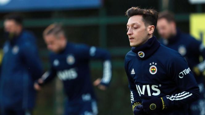 Mesut Oezil saat menjalani latihan bersama Fenerbache