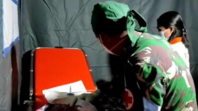 VIVA Militer: Prajuriit TNI AL membantu proses persalinan korban gempa Mamuju