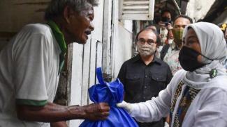 pemerintah memberikan bantuan kepada rakyat yang kurang mampu di masa pandemi ini