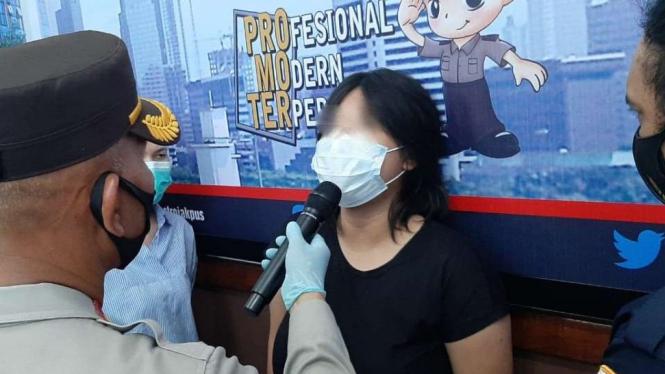 MA (21 tahun) wanita yang mesum di Halte SMKN 32 Jakarta saat ditangkap.