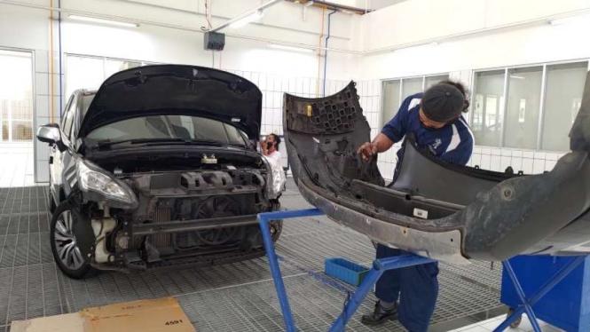 Ilustrasi perbaikan bodi mobil di bengkel resmi Peugeot.