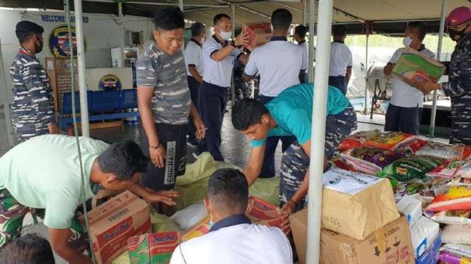 VIVA Militer: KRI Teluk Hading 538 angkut bantuan kemanusiaan dari Lantamal XIII