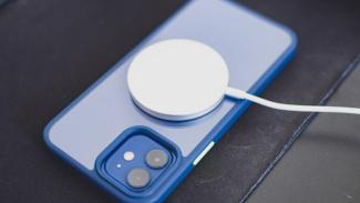 Cincin magnet di punggung iPhone 12.