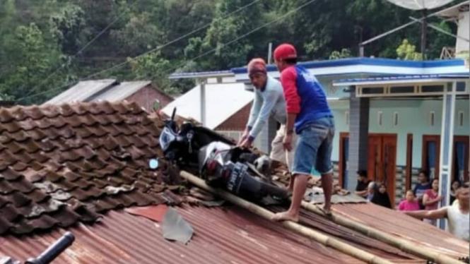 Motor ambruk di atap rumah