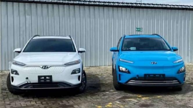 Hyundai Kona versi lama (putih) dan model terbaru (biru)