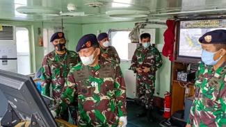VIVA Militer: Pangkolinlamil mengecek kondisi KRI Tanjung Kambani-971