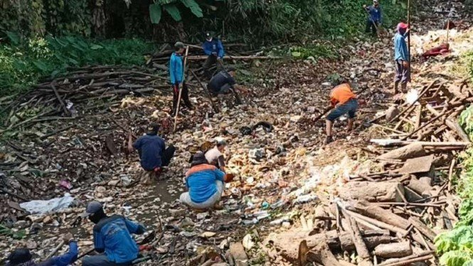 Tumpukan sampah di aliran kali di Depok, Jabar.