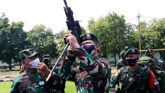 VIVA Militer: Pangdiv 2 Kostrad, Mayjen TNI Tri di Markas Yonif Para Raider 501
