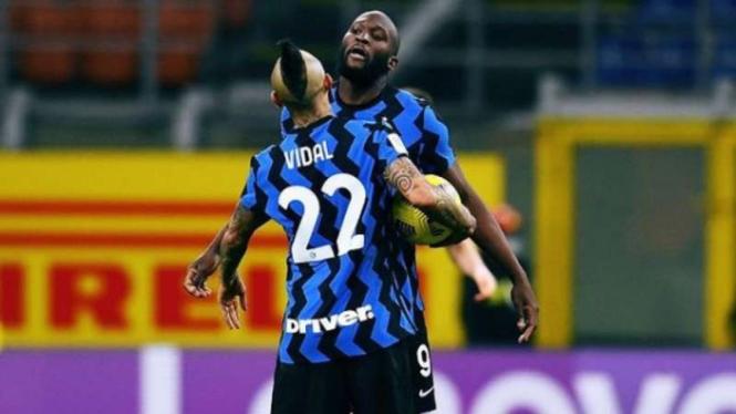 Romelu Lukaku dan Arturo Vidal rayakan gol Inter Milan.