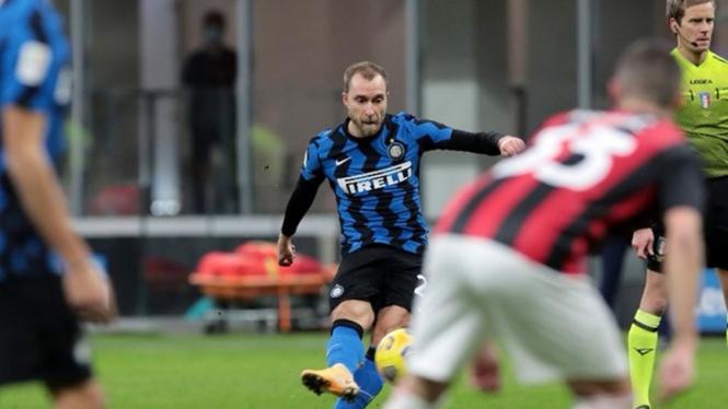 Tendangan bebas Christian Eriksen di laga Inter Milan vs AC Milan