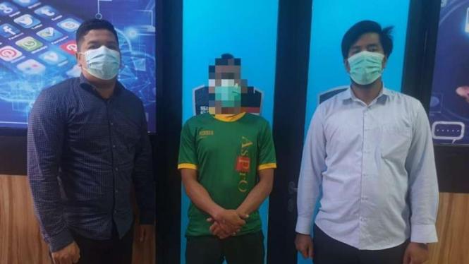Pelaku penyebar hoaks soal vaksin COVID-19 ditangkap (tengah)