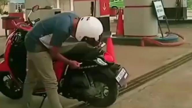 Pemotor kebingungan saat hendak mengisi bensin