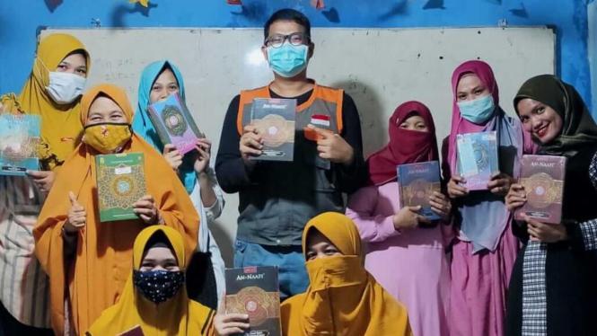 Chandra Wijaya, Staff Yatim Mandiri Palembang salurkan wakaf Al-Quran ke bunda pengajian di Kampung Literasi Palembag, Selasa lalu (19/1/2021).