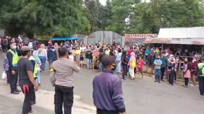 Polisi membubarkan kerumunan warga yang menonton syuting sinetron Ikatan Cinta
